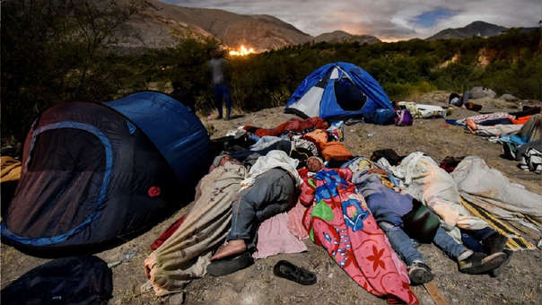 Los migrantes venezolanos que se dirigen a Perú duermen a lo largo de la carretera Panamericana entre Tulcán e Ibarra en Ecuador, luego de ingresar al país desde Colombia, el pasado 22 de agosto.