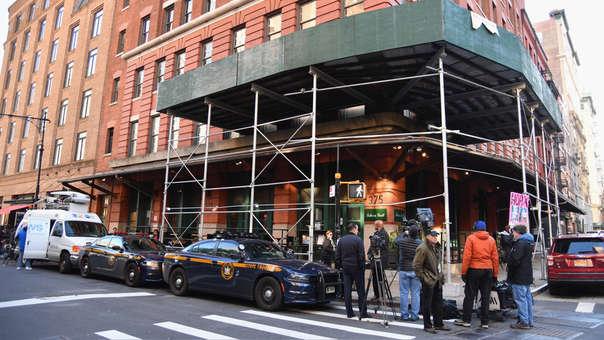 En la ciudad de Nueva York, se encuentran el restaurante Tribeca Grill del actor Robert De Niro, frente a la policía que eliminó un paquete sospechoso.