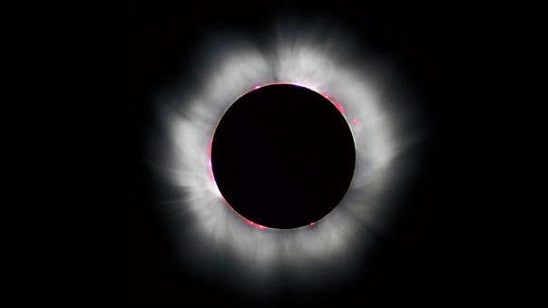Fotografía de un eclipse tomada en Francia en 1999. Las líneas blancas externas a la superficie solar son la corona y se extiende hasta un millón de kilómetros.