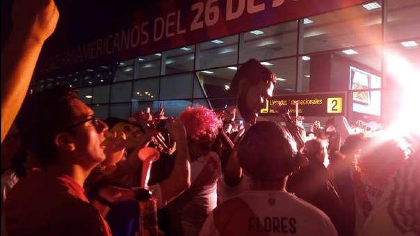 Los hinchas esperan a los jugadores de la Selección Peruana.