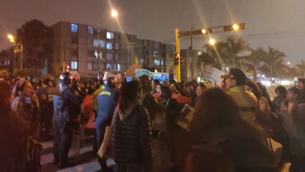 La Policía no pudo disipar a los estudiantes de la Universidad Católica para que liberen la avenida.