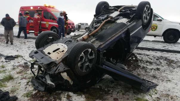 El auto que manejaba Vergara terminó volteado tras el accidente.