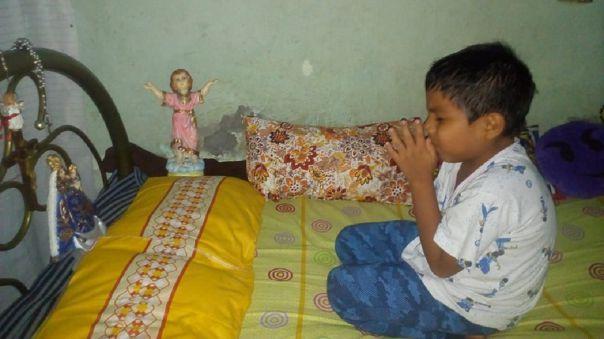El pequeño reza todas las noches a Dios. Su familia es católica.