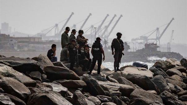 Elementos de seguridad patrullan la costa donde se registró un enfrentamiento, el pasado domingo, en Macuto, La Guaira (Venezuela).