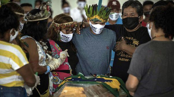 Indígenas brasileños asisten al funeral del cacique Messías Kokama, de 53 años, víctima de la COVID-19 en Manaos.