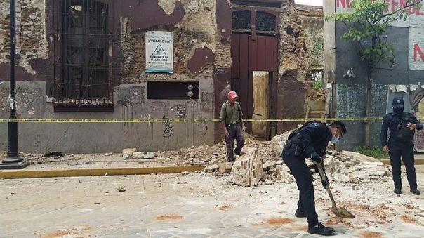 Policías y elementos de Protección Civil levantan parte de una barda derrumbada en la ciudad de Oaxaca (México).