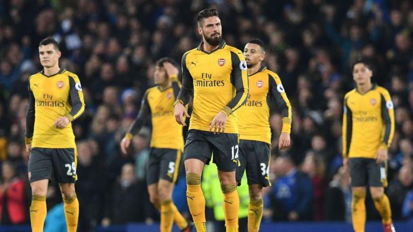 Arsenal players react after losing 2-1 at Everton