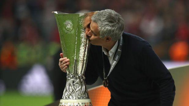 Mourinho kisses the Europa League rophy