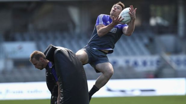 Ben smith practices taking the high ball in training
