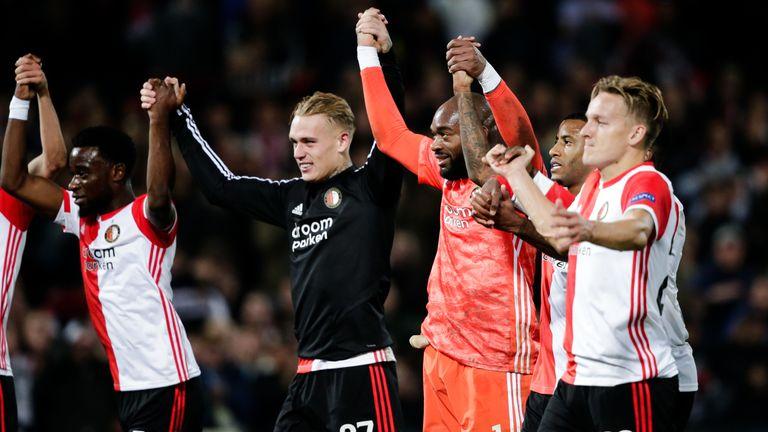 Los jugadores de Feyenoord celebran su victoria sobre Oporto a tiempo completo
