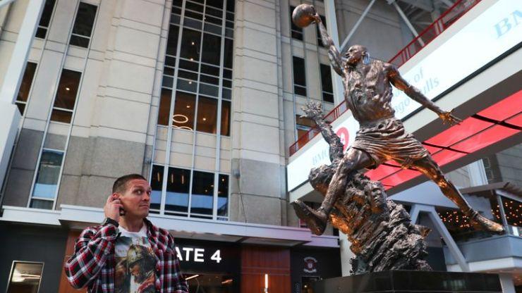 Usyk con la estatua de Michael Jordan en la casa de los Chicago Bulls