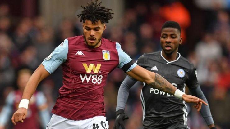 El defensa del Aston Villa, Tyrone Mings, salió lesionado en la primera mitad