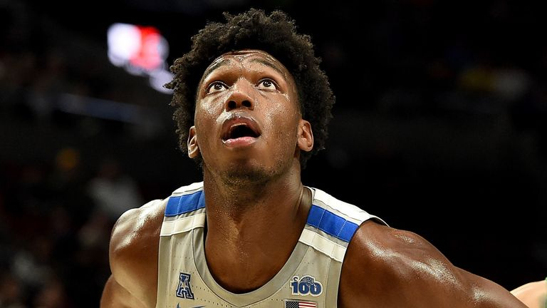 James Wiseman sets himself for a rebound during a Memphis-Oregon game