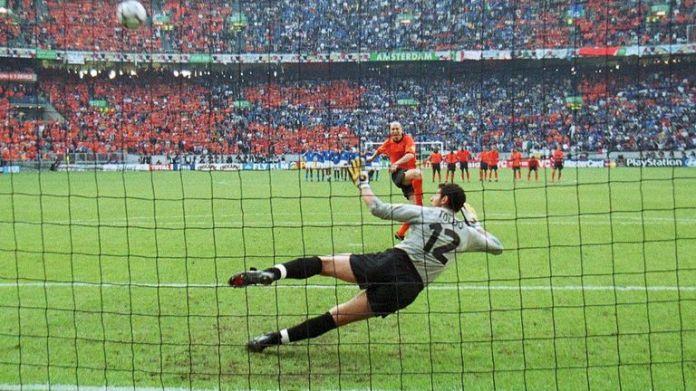 Stam nie trafił w rzutach karnych w starciu z Włochami w półfinale Euro 2000