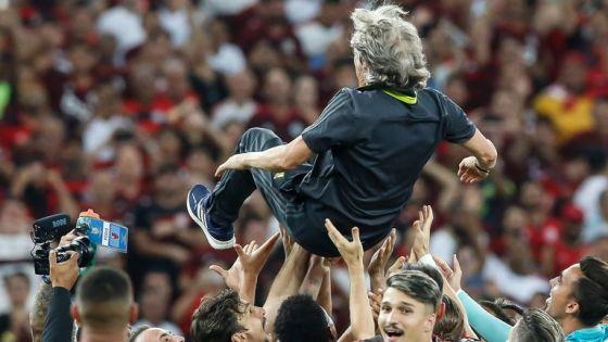 RIO DE JANEIRO, BRASIL - 27 DE NOVEMBRO: Os jogadores do Flamengo seguram o treinador Jorge Jesus depois de vencer o Brasileirão 2019 após a partida contra o Cear .. no Estádio do Maracanã em 27 de novembro de 2019 no Rio de Janeiro, Brasil.