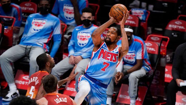 Нападающий «Бруклин Нетс» Кевин Дюрант (7) бьет, а нападающий «Денвер Наггетс» Уилл Бартон (5) и центровой «Наггетс» Никола Йокич (15) защищаются в первой четверти баскетбольного матча НБА во вторник, 12 января 2021 года, в Нью-Йорке.  (AP Photo / Кэти Вилленс)