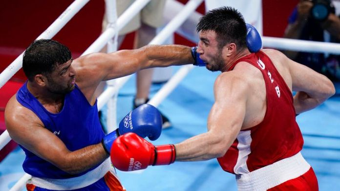 India...s Satish Kumar, left, fights Uzbekistan's Bakhodir Jalolov during their men...s super heavyweight over 91-kg boxing match at the 2020 Summer Olympics, Sunday, Aug. 1, 2021, in Tokyo, Japan. (AP Photo/Frank Franklin II)