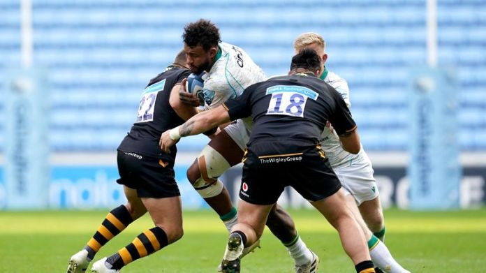 Courtney Lawes takes on the Wasps defence