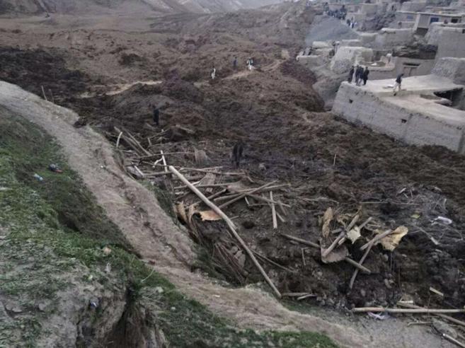 Vista de la villa de Hobo Barik, cubierta de tierra.