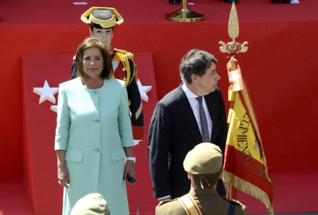 La alcaldesa de Madrid, Ana Botella, junto con el presidente regional,...