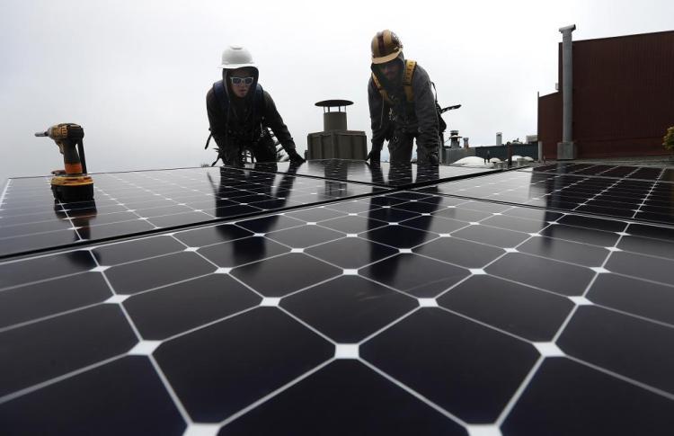 Operarios colocando paneles solares en California.