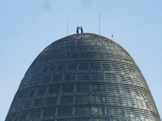 蜘蛛侠来了?英国男子徒手爬上120米高楼,结局是…