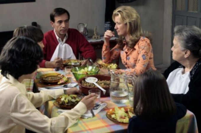 La familia de la serie 'Cuéntame' utiliza la vajilla de Duralex