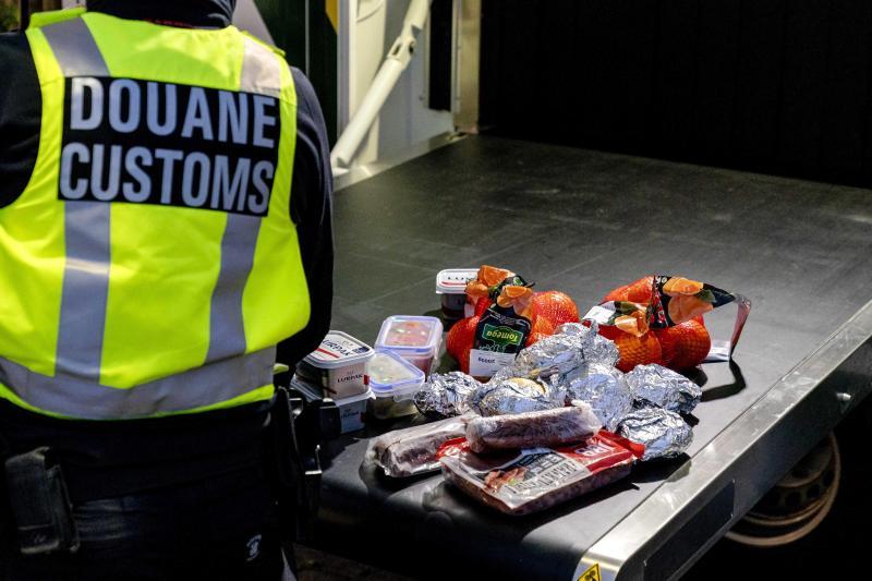 Alimentos retirados a viajeros británicos en aduanas.