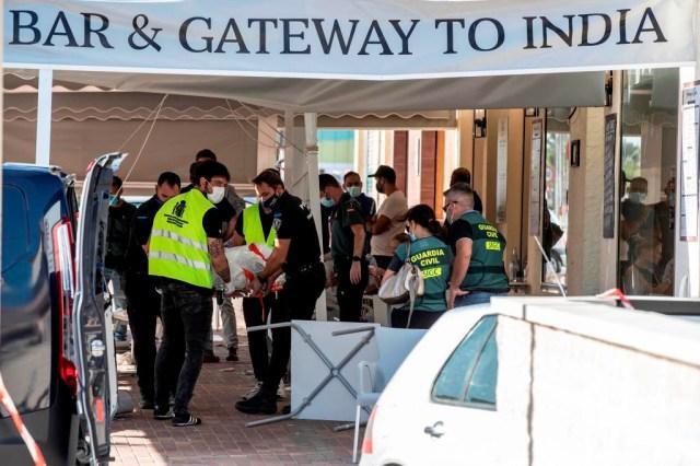 Los servicios sanitarios retiran el cuerpo de una de las personas fallecidas tras el atentado en Torre Pacheco.
