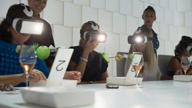 Los comensales degustan sus platos con gafas de realidad virtual.