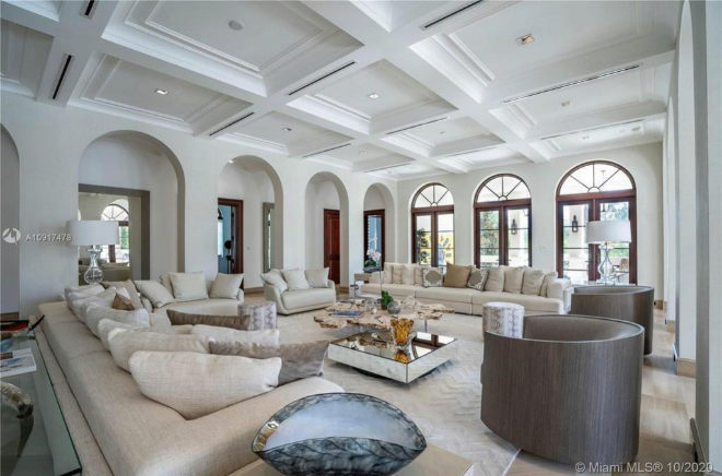 Large living room, in which light tones predominate.