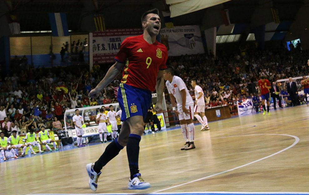 Sergio Lozano celebra el 2-0 de España frente a Vietnam.