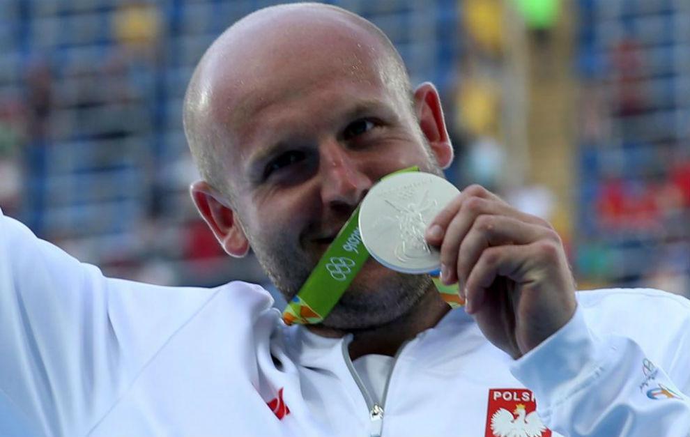 Piotr Malachowski recogiendo su medalla de plata en Río