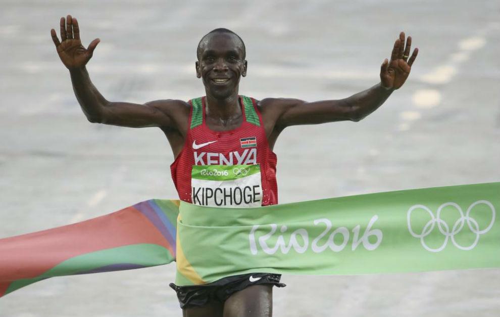 Eliud Kipchoge al cruzar la línea de meta en Río.