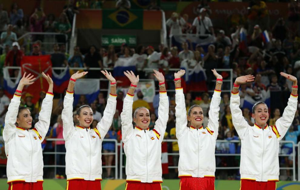 El equipo español de gimnasia rítmica tras recibir la medalla de...