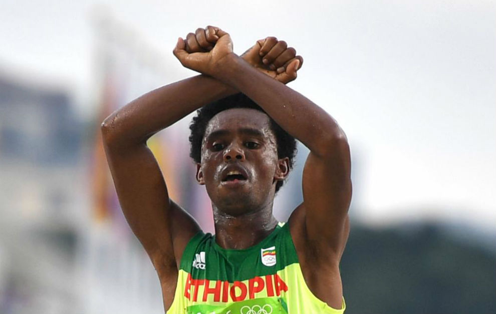 Feyisa Lilesa al cruzar la línea de meta en Río.