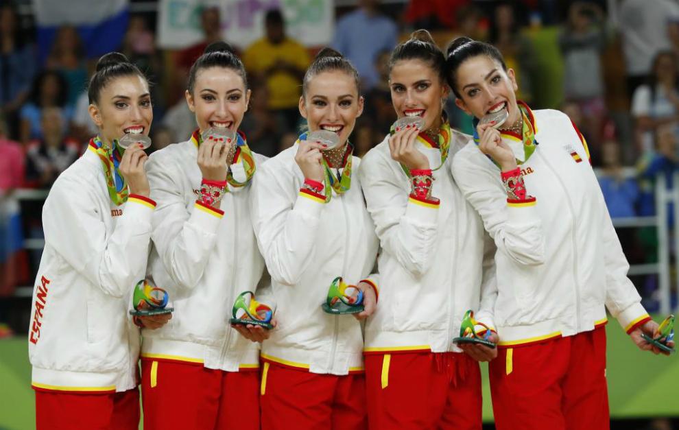 El equipo español de rítmica con su medalla de plata