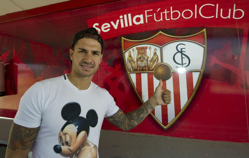 Vitolo señala con el dedo el escudo del Sevilla.