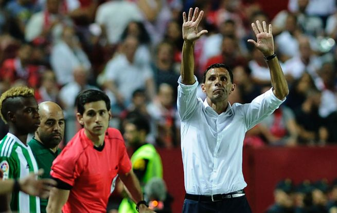 Poyet, durante el derbi frente al Sevilla