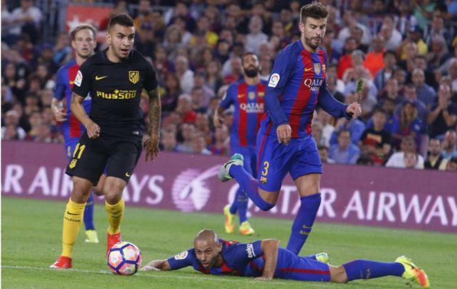 Correa (21) conduce el balón antes de marcar con Mascherano (32)...