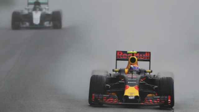 Verstappen, tras adelantar a Rosberg en la vuelta 32.