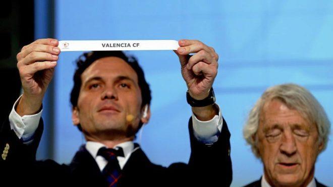 Momento del sorteo en el que sale la bola del Valencia.