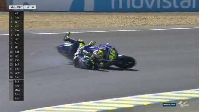 Rossi se cae en la última vuelta cuando luchaba por la victoria con...