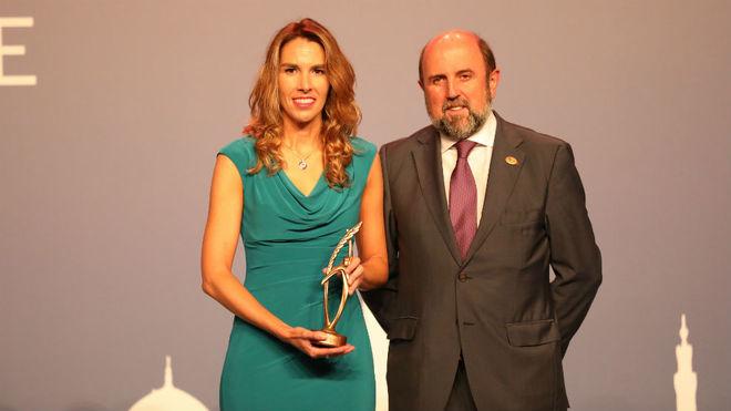 Almudena Rivera, con el premio, junto a Miguel Sagarra.