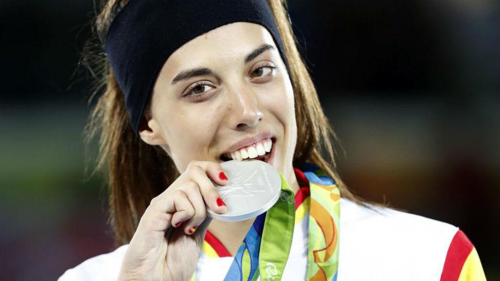 Eva Calvo muerde la plata conseguida en Río 2016.