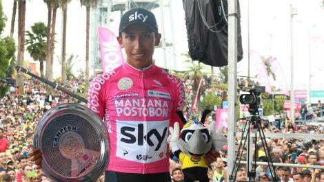 Egan Bernal, en el podio con sus trofeos y aclamado por la multitud.