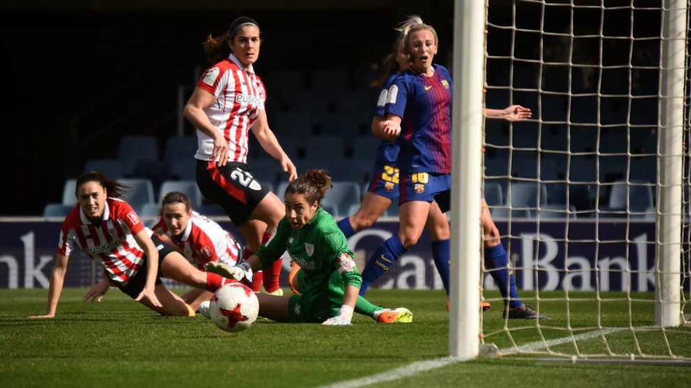 Lance del partido entre Barcelona y Athletic Club en el Mini Estadi.