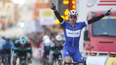Hodeg celebrando en Calella su primera etapa dentro del World Tour.