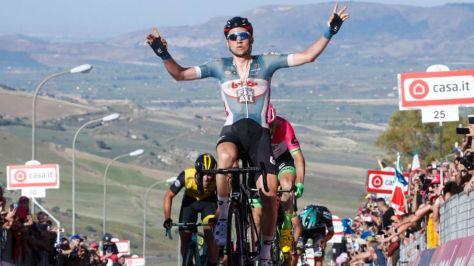 Tim Wellens celebrando el triunfo de etapa.