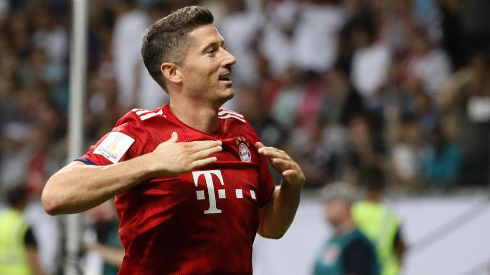 Lewandowski celebrate after scoring the 3-0 in the German Supercup...